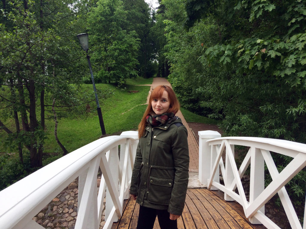 Лолита Быстрова в парке на мосту