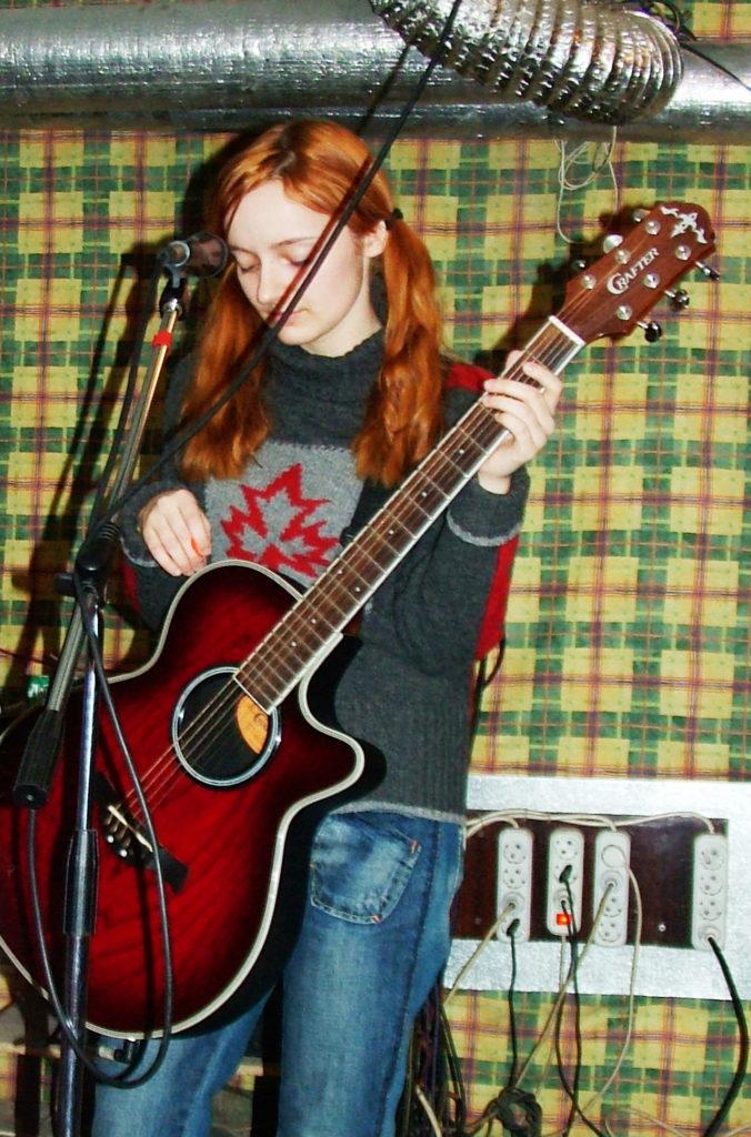 Лолита Быстрова с гитарой на репетиции