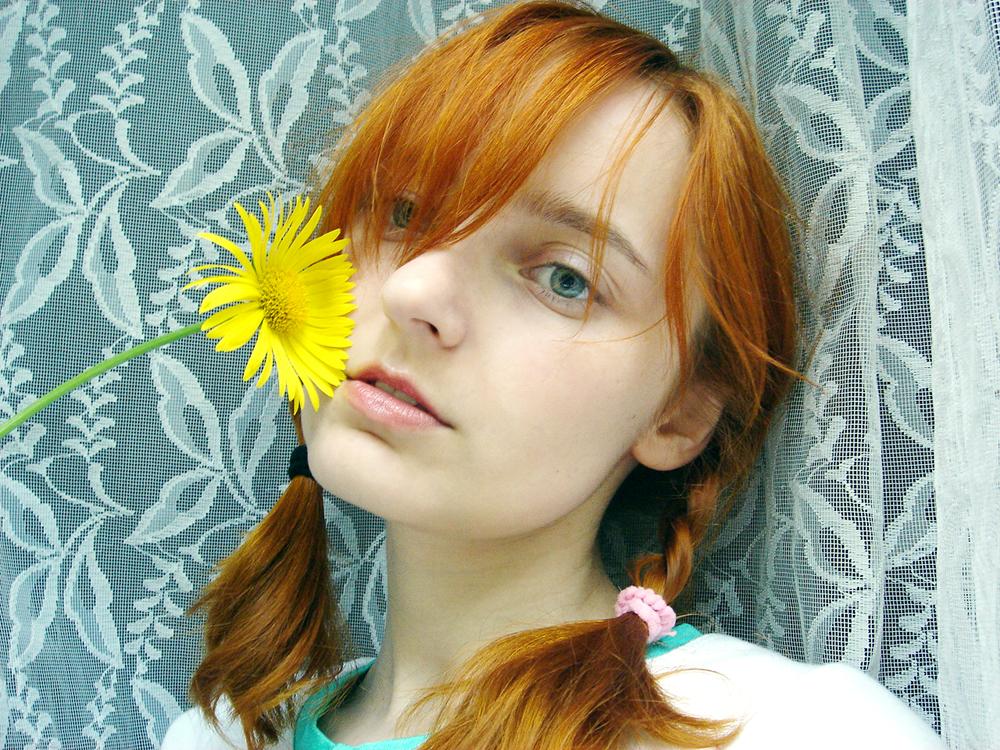Лолита Быстрова у окна с желтым цветком