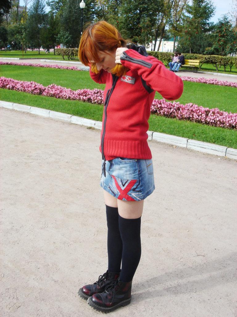 Лолита Быстрова в парке в камелотах и гольфах выше колена