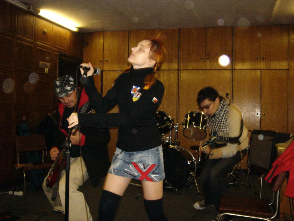 Лолита Быстрова в черном свитере на репетиции