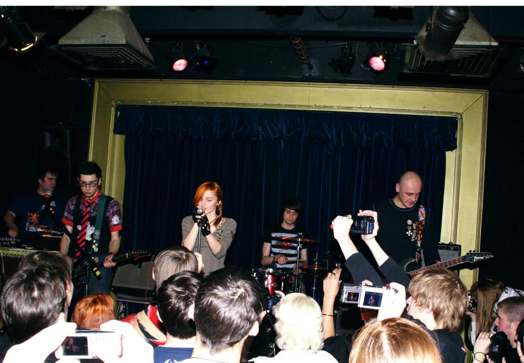 Лолита Быстрова и поклонники на презентации в клубе 16 тонн