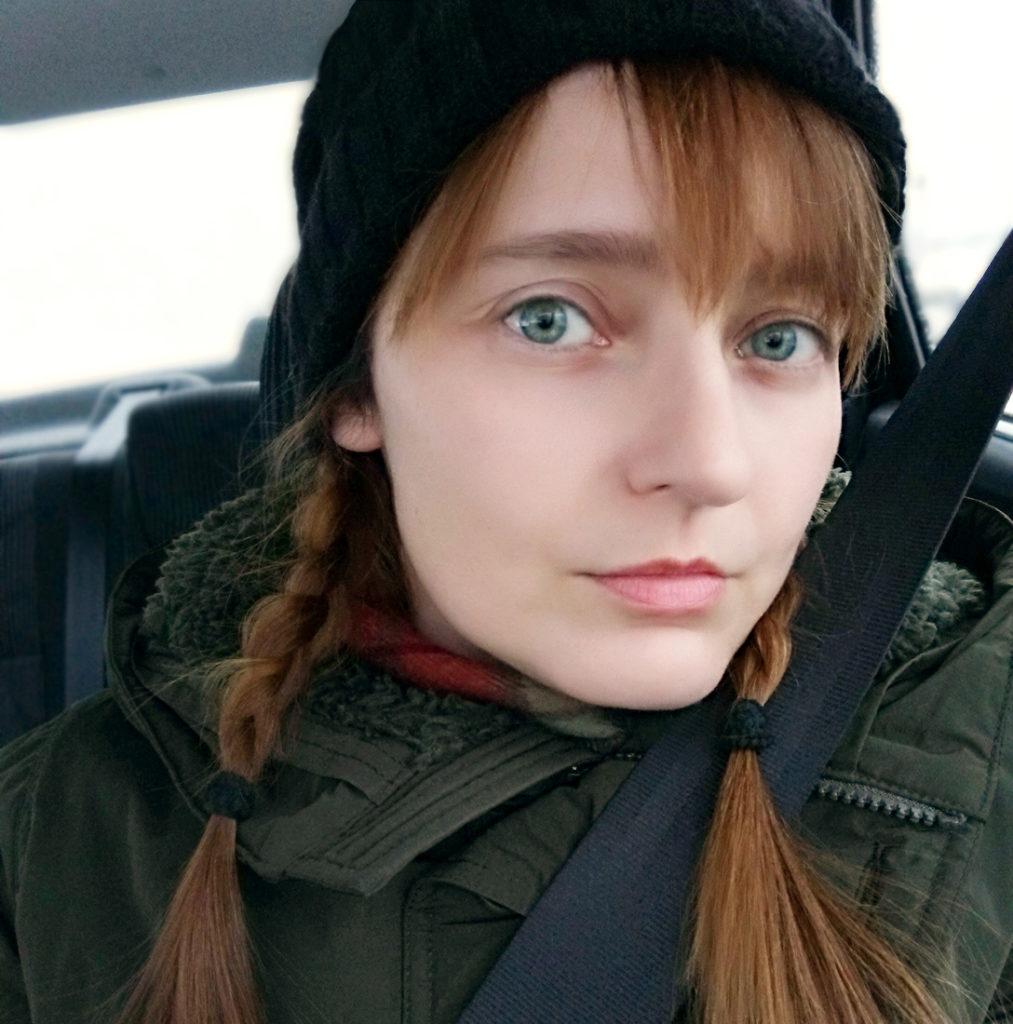 Лолита Быстрова зимой в автомобиле
