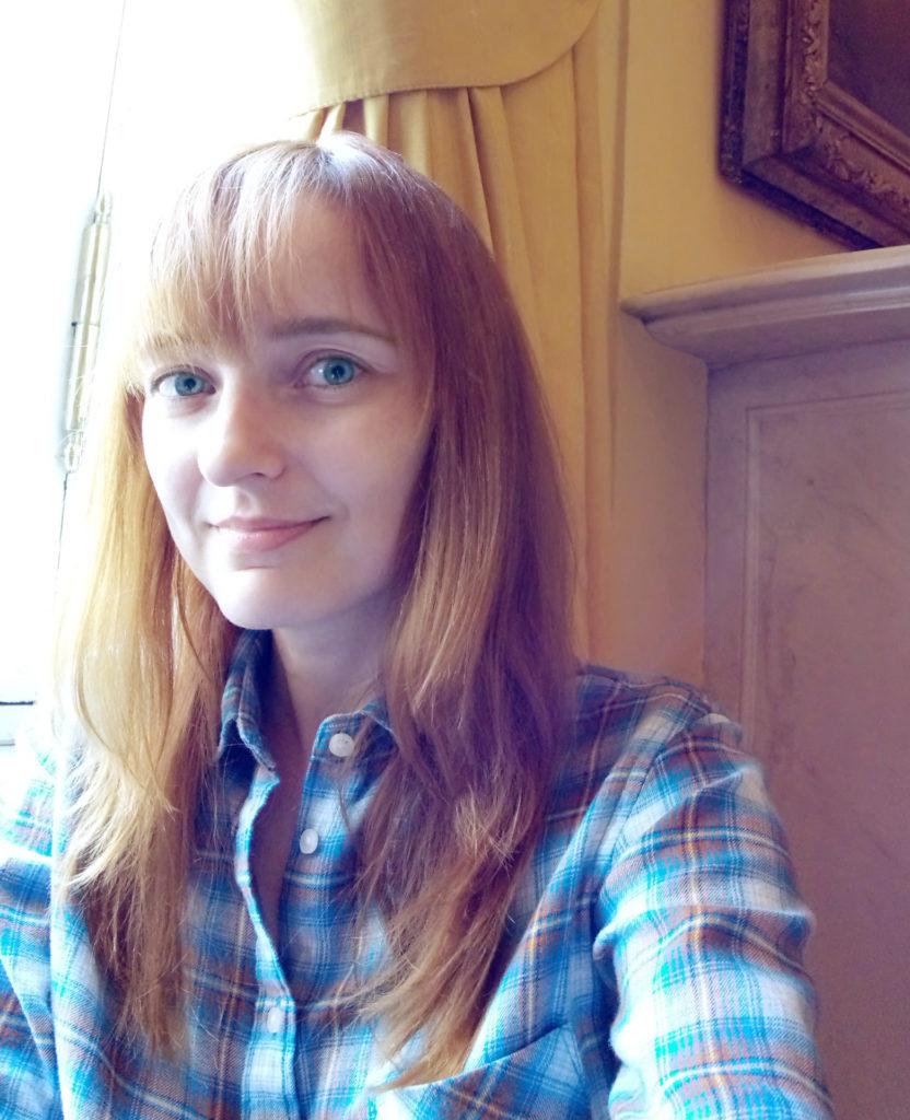 Лолита Быстрова в голубой рубашке у окна